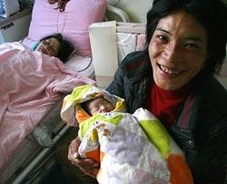 """玉树地震时,26岁的青梅拉姆被丈夫嘎登双手抱着从3楼跳下...<br>当婴儿最终降生时,医护人员高兴得相互拥抱。军区总医院妇产科主治医生王宇说:""""经历了这么多危险,婴儿能顺利来到这个世上,简直是一个奇迹!"""""""