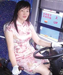 亚洲美女狠狠的撸_巾帼文明线美女司机穿旗袍开公交车引轰动(图);; 旗袍美女图(加淫妹q