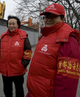 2010年3月3日,北京西长安地区治安志愿者换上红色马甲上街巡逻迎接两会召开。