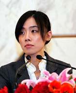 """在两会的各场记者会上,漂亮的女翻译成为一道亮丽的风景线。她们是""""两会""""向世界说明中国的使者。"""