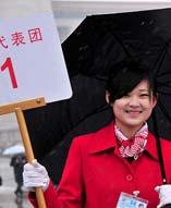 雪中迎代表――3月14日,第十一届全国人民代表大会第三次会议将在北京人民大会堂举行闭幕会。北京下起了雨夹雪,工作人员打着伞迎接代表。