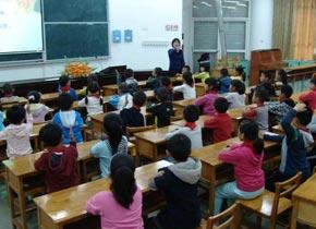 <center><img src=http://www.cctv.com/images/ra.gif> 传统文化融入乡土教育课堂</center>