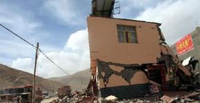 <font size=3> 此次地震属于浅源性强震,破坏力极大。房屋倒塌率达到61.7%,平房倒塌严重,80%以上的平房倒塌。</font>