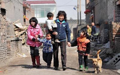 """山西""""史上最具爱心妈妈"""":22年收养80多个孤残儿童"""