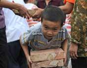 安置点:8岁男孩搬砖搭帐篷