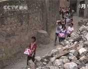 孩子志愿者们为群众送被子送水