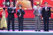 左起:颁奖嘉宾韦诚谦、获奖者刘清莲和戴振秋、颁奖嘉宾柯炳生
