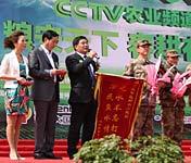 嵩县县委为为人民子弟兵赠送锦旗
