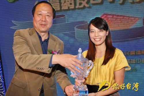 "<center> 最佳拍客大奖——赖雅婷</center><br>&nbsp;&nbsp;&nbsp;&nbsp;&nbsp;&nbsp;10月26日上午,""你好台湾相约世博""——台湾网友DV大赛颁奖礼隆重举行。来自台湾基隆的参赛选手赖雅婷凭借作品《你好台湾相约世博》,最终获得此次大赛的""最佳拍客""大奖。<br><br>&nbsp;&nbsp;&nbsp; &nbsp;&nbsp;&nbsp;&nbsp;&nbsp;&nbsp;&nbsp;&nbsp;&nbsp;&nbsp;&nbsp;&nbsp;&nbsp;&nbsp;&nbsp;&nbsp;&nbsp;&nbsp;&nbsp;&nbsp;&nbsp;&nbsp;&nbsp;&nbsp;&nbsp;&nbsp;&nbsp;&nbsp;&nbsp;&nbsp;&nbsp;&nbsp;&nbsp;&nbsp;&nbsp;&nbsp;&nbsp;&nbsp;&nbsp;&nbsp;&nbsp;&nbsp;<a href=http://taihai.cntv.cn/special/hellotw/20101108/104681.shtml target=blank><font color=blue>>>>详细内容</font></a>"
