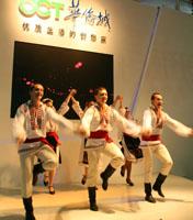 旅交会上精彩歌舞表演惹人眼