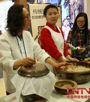 现场展示韩国传统酿酒过程