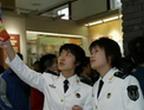 年轻女兵踊跃观看展览