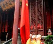 上海:玉佛禅寺举行升旗仪式