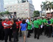 居民地震后聚集在街上