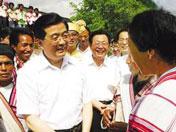 胡锦涛与基诺族群众亲切交谈