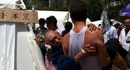 临时手术室外,儿子抱着父亲足足等了一个小时。