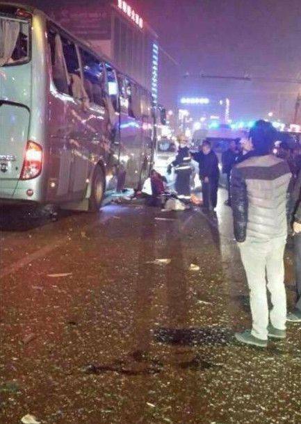 陕西蒲城一客车行驶中爆炸 数人被炸出车窗高清图片