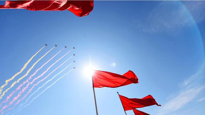 <font style=line-height:2em;color:#555>&nbsp;&nbsp;&nbsp;&nbsp;空中护旗方队的7架教练机拉出七道彩带通过天安门广场。</font>