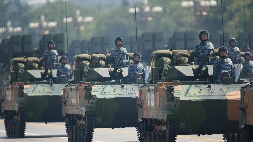 <font style=line-height:2em;color:#555>空降兵战车方队通过天安门广场。</font>