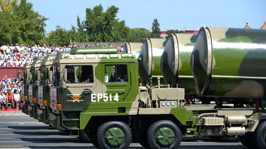 <font style=line-height:2em;color:#555>&nbsp;&nbsp;&nbsp;&nbsp;图为核导弹第一方队接受检阅。东风31A固体洲际弹道导弹火力射程远、机动能力强、信息化程度高,能够有效遂行核威慑与核反击作战任务。</font>