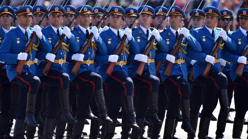 <font style=line-height:2em;color:#555>塞尔维亚武装部队方队通过天安门广场。</font>