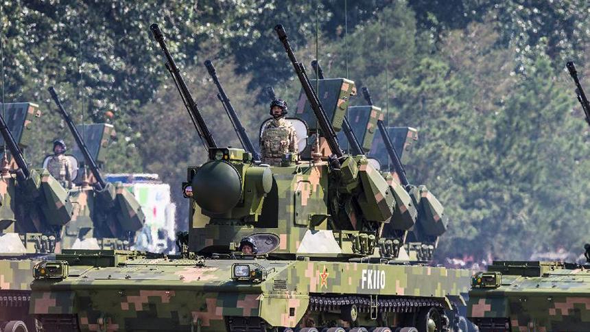 <font style=line-height:2em;color:#555>&nbsp;&nbsp;&nbsp;&nbsp;图为高射炮兵方队接受检阅。35毫米自行高炮是陆军最先进的自行高炮武器系统,射击速度快、命中精度高、抗干扰能力强。</font>