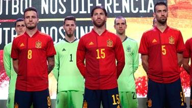[圖]西班牙新球衣發布會 拉莫斯布斯克茨領銜亮相