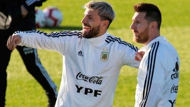 [圖]阿根廷男足訓練備戰 阿圭羅、梅西歡樂互動