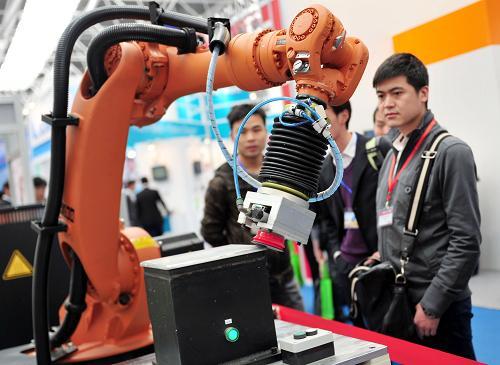 3月29日,一台机器人在首届中国国际进口产品博览会上进行工业品柔性磨边演示。