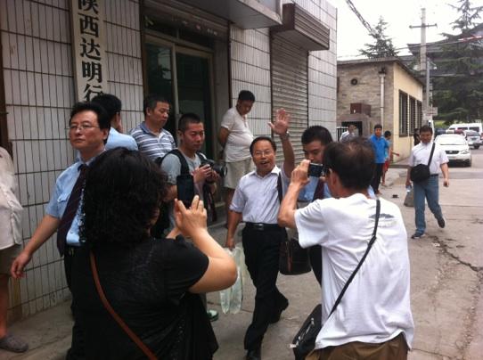 张显走出法庭(摄影:记者王甲铸)