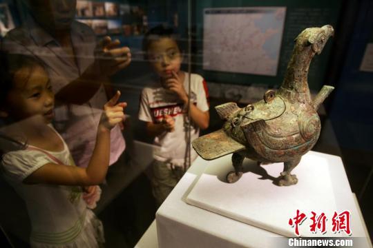 鸟形盉的展出吸引了众多参观者的注意。张云 摄