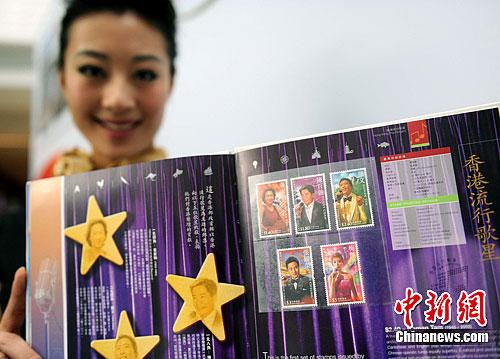 图为2005年香港邮票集中,香港邮政首次以张国荣、陈百强、梅艳芳、黄家驹、罗文等5位香港流行歌星为主题的邮票。中新社发 韩苏原 摄
