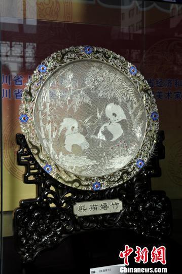 四川省工艺美术精品展上展出的作品。安源 摄