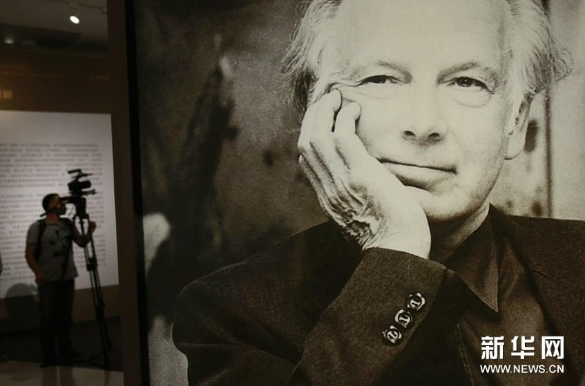 (1)苏立文的大幅照片竖立在中国美术馆的展厅内。