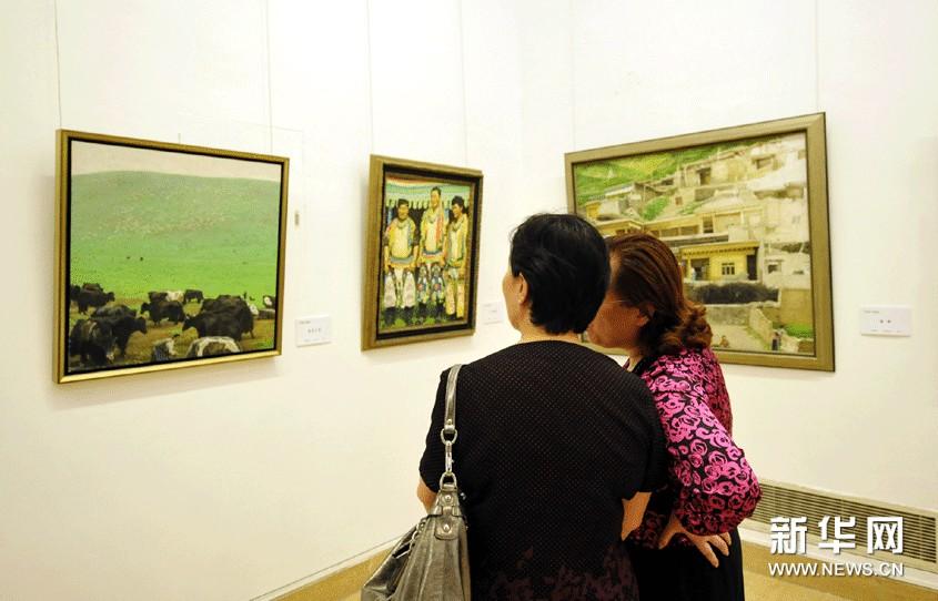 观众在欣赏张颂南的画作。