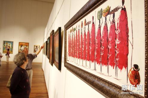 """9月19日,参观者在天津美术馆观看""""多彩坦桑——'挺嘎挺嘎'绘画展""""。新华网图片 王青岩 摄"""