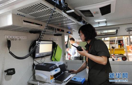 """工作人员在第四届上海国际减灾与安全博览会上展示""""移动堡垒""""的应急通信装备。新华社签约摄影师 赖鑫琳摄"""
