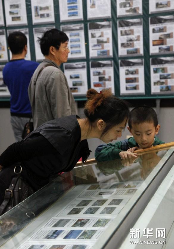 观众在湖南省衡阳市博物馆展览厅观看旅游门票展