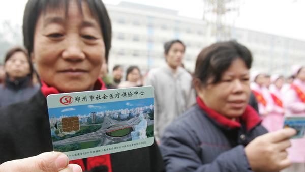 2007年,全国城镇居民医保试点,郑州首批32万人参保。东方今报资深摄影记者邱琦摄。
