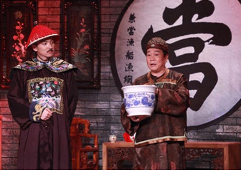 """相声演员奇志现场亮嗓""""唱当"""";左一为""""崔家班""""成员、助演穆雪峰。"""
