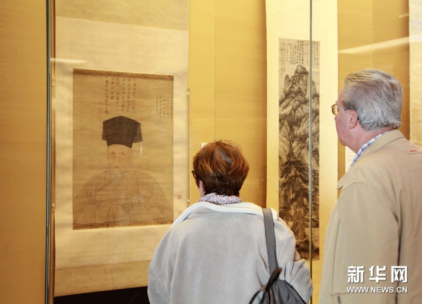 11月6日,参观者在苏州博物馆观看沈周半身像。