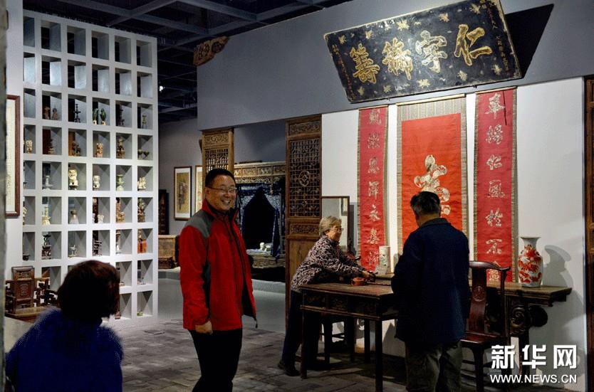 11月7日,市民在山东工艺美术学院民艺博物馆参观。