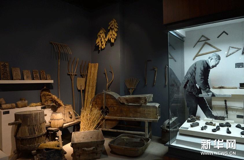 山东工艺美术学院民艺博物馆里展示的传统农业生产工具。