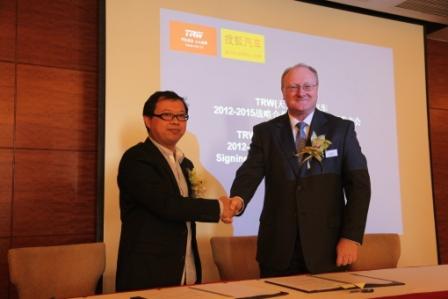 天合集团常务副总裁Peter Lake先生(右)和搜狐汽车事业部副总经理晏成先生(左)