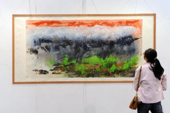 11月8日,一名参观者在参观展出的绘画作品《万松山居图》。