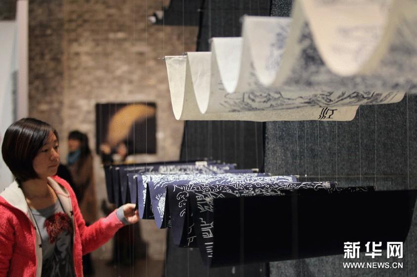 11月8日,参观者被第七届国际纤维艺术双年展的展品吸引。