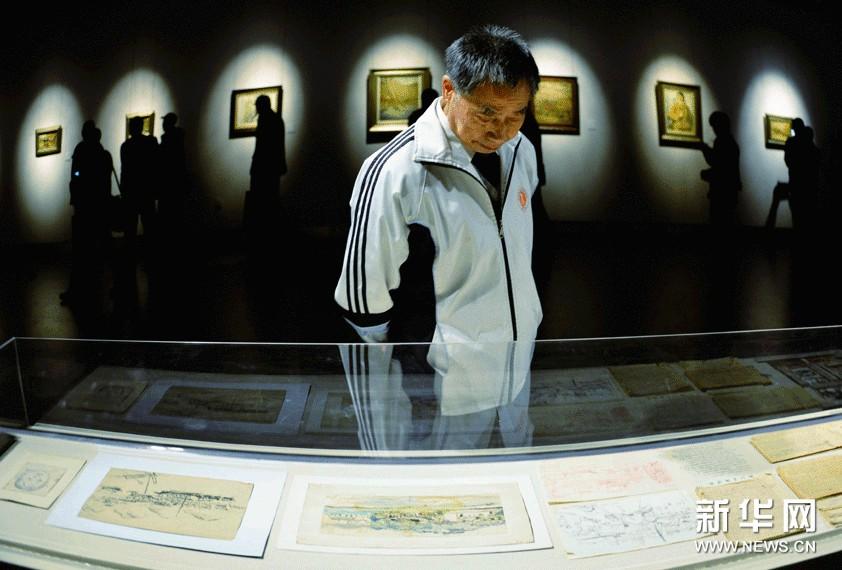 11月14日,参观者在浙江美术馆欣赏林达川的手稿作品。