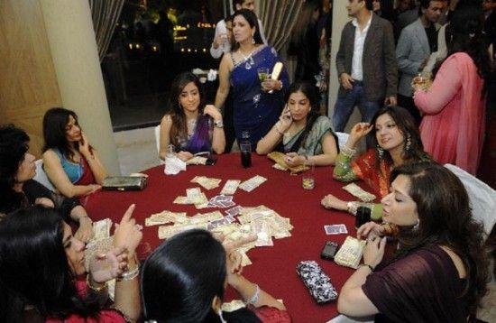 德里一座农舍里,人们聚在一起打牌。