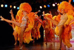 孟买一场巴黎红磨坊表演,属于法国雅高集团举行的庆祝派对的一部分。