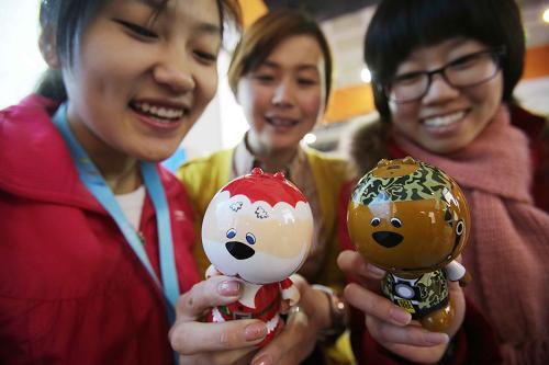 12月20日,在第七届中国北京国际文化创意产业博览会上,工作人员在演示具有与人对话、跳舞等功能的智能桌面互动玩偶机器人。新华社发(王振 摄)